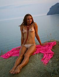 Tempting pics of a sweet and sexy girl demonstrating her beautiful naked body by the sea.